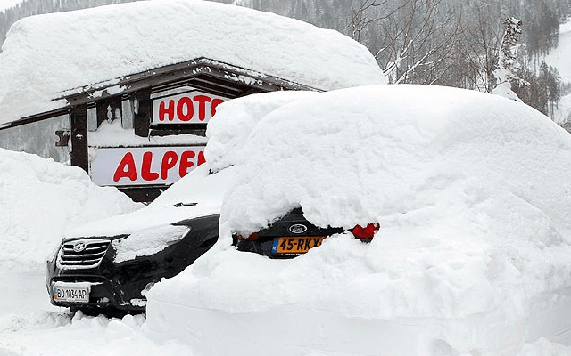 Freak Snowfall in Austrian Tirol Strands Holidaymakers
